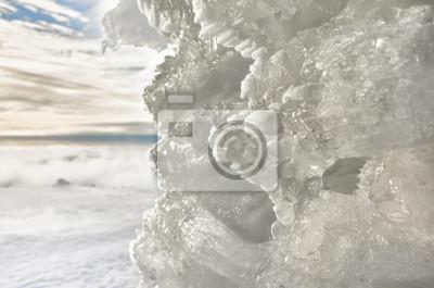 Naturalna lodowa formacja, abstrakcjonistyczny zimy tło z płytką głębią pole.