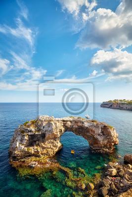 Naturalny łuk Es Pontas, jedna z najważniejszych atrakcji Majorki, Hiszpania.