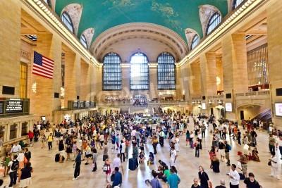 Obraz NEW YORK CITY 10 lipca: widok z dojeżdżających do pracy i turystów powodzi na dworzec Grand Central w godzinach szczytu popołudniowego Lipiec 10, 2010 w Nowym Jorku.