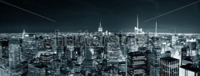 Obraz New York City Manhattan skyline w nocy panorama czarno-biały z miejskich drapaczy chmur.