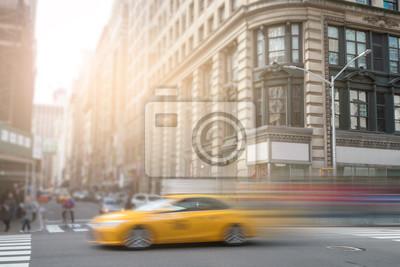 New York City żółte taksówki pędzący przez Manhattan Street