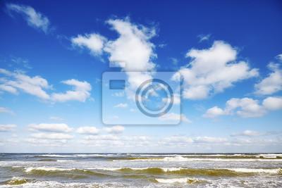 Niebieskie niebo z chmurami nad morzem