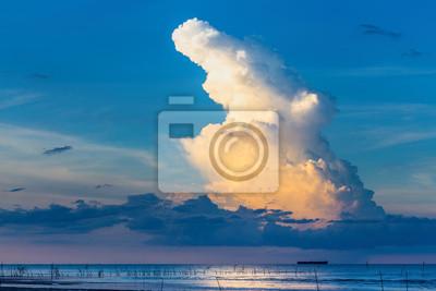 Obraz niebo-chmury w tle.