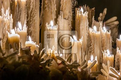Niektóre palenie świec z wosku, które są stopione i inne świece z wosku Ci gaszenia w Wielkim Tygodniu w Sewilli