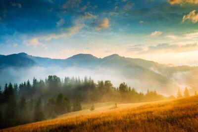 Obraz Niesamowity górski krajobraz z przeciwmgielnych i stogu siana