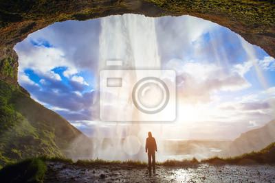 Obraz niesamowity wodospad w Islandii, sylwetka człowieka korzystających wspaniały widok natury