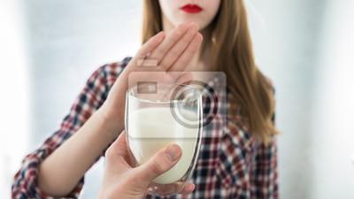 Obraz Nietolerancja laktozy. Nietolerancyjna mleczarnia odmawia picia mleka
