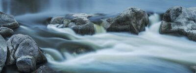 Obraz niewyraźne białe ogony od prądu na rzece