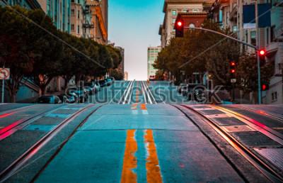 Obraz Niski kąt zmierzchu widok pustej drogi z torów kolejki linowej prowadzącej stromym wzgórzu na słynnej ulicy California o świcie, San Francisco, Kalifornia, USA