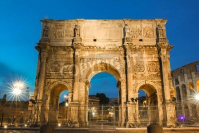 Noc widok łuk Constantine blisko colosseum w Rzym, Włochy