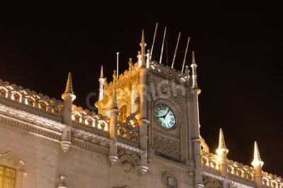 Nocny widok fasady dworca kolejowego Rossio w Lizbonie, Portugalia. Dawny dworzec centralny łączący Lizbonę z regionem Sintra