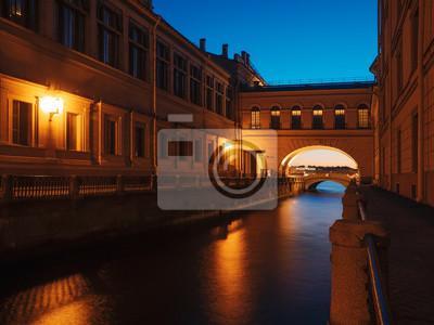 Nocny widok łuku nad kanałem Winter. Saint-Petersburg, Rosja