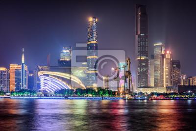 Nocny widok na drapacze chmur i Rzekę Perłową. Panoramę miasta Guangzhou