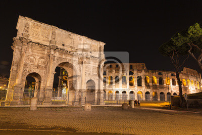 Nocny widok na Łuk Konstantyna i Koloseum