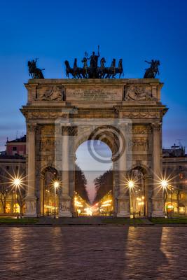 Nocny widok na Łuk Pokoju (Arco della Pace) w Parku Sempione, Mediolan, Włochy.
