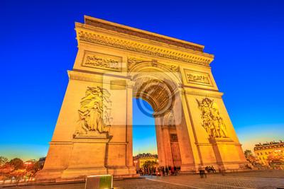 Nocny widok na Łuk Triumfalny w centrum Place Charles de Gaulle. Dolny widok popularny punkt zwrotny przy błękitną godziną i sławną atrakcją turystyczną w Paryskim kapitale Francja w Europa.