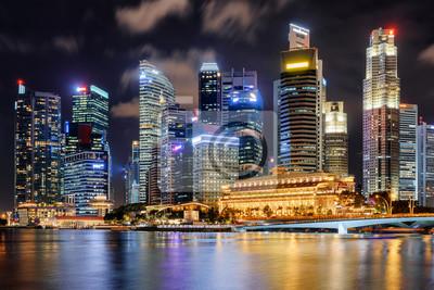 Obraz Nocny widok na wieżowce i stary kolonialny budynek Singapuru