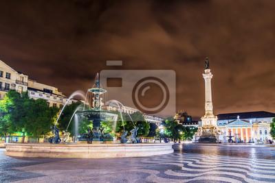 Nocny widok Rossio Square w Lizbonie, Portugalia