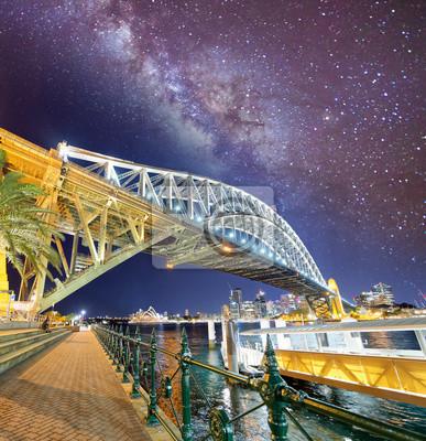 Nocny widok Sydney Harbour Bridge z gwiazdami i milky way, Australia