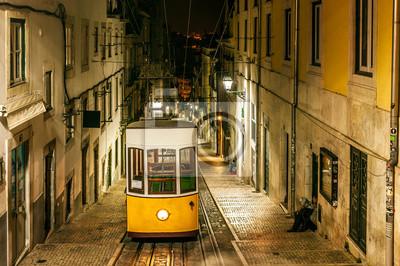 Nocny widok z Bica linowych, w starej części miasta z Lizbony, stolicy Portugalii