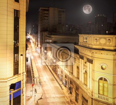 Nocny widok z Santiago de Chile centrum.