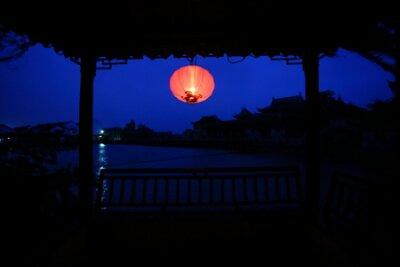 Nocny widok z wnętrza pawilonu chiński