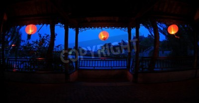Nocny widok z wnętrza pawilonu chińskiego