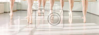 Obraz nogi tancerzy baletnic w klasie tańca, baletu klasycznego