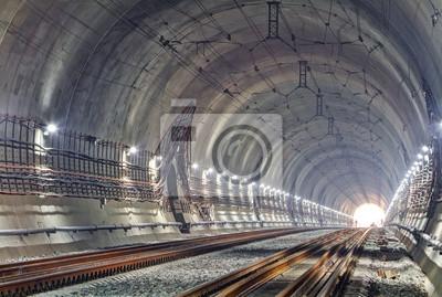 Nowoczesny tunel kolejowy. Nowy tunel kolejowy w Karpatach na Ukrainie