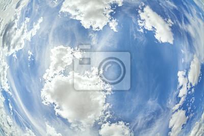 Obiektyw typu rybie oko obraz chmury na niebieskim niebie