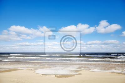 Obrazek pusta plaża w zimie.
