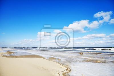 Obrazek pusta plaża w zimie