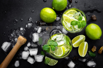 Obraz Odświeżanie koktajl mojito z rumem i limonką, zimny napój lub napój z lodem na czarnym tle, widok z góry
