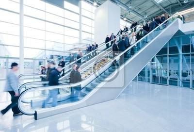 odwiedzających targi używając schody