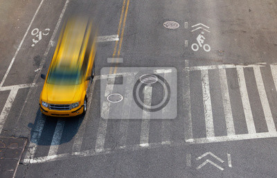 Ogólny widok ulicy żółtej taksówki pędzącej przez skrzyżowanie skrzyżowania w Nowym Jorku