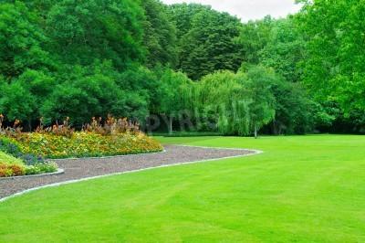 Obraz Ogród letni z trawnika i ogrodu kwiatowego