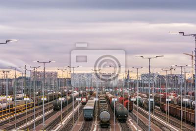 Ogromny plac towarowy z panoramą miasta