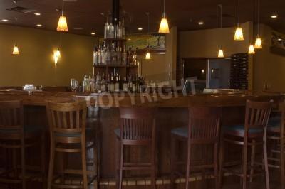 Okrągły teak bar z bogatym drewniane stołki barowe, rocznik oświetlenia wisiorka i wyświetlaczem monopolowego.