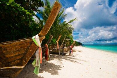 Old Thai łodzi na plaży. Phi Phi island. Tajlandia