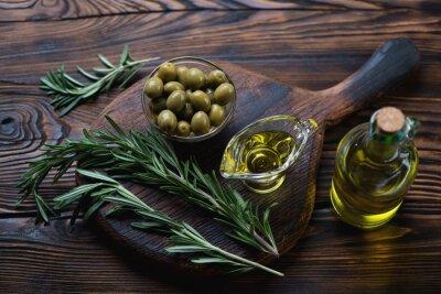 Obraz Oliwa z oliwek, świeży rozmaryn i oliwki zielone