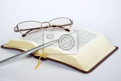 Open bible z założonymi okulary do czytania