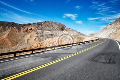 Opustoszały górzysty teren z pustą autostradą, podróży pojęcie, usa.