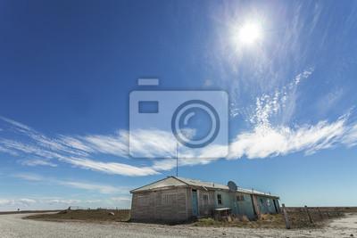 Opuszczony dom przy drodze, obraz przed słońcem.