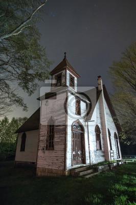 Opuszczony kościół w nocy