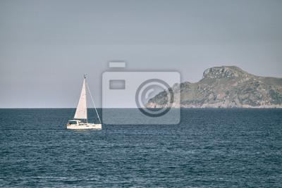 Osamotniona żaglówka przy morzem, podróży pojęcie, koloru stonowany obrazek.