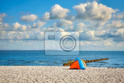 Osamotniony namiot na plaży na pogodnym letnim dniu.
