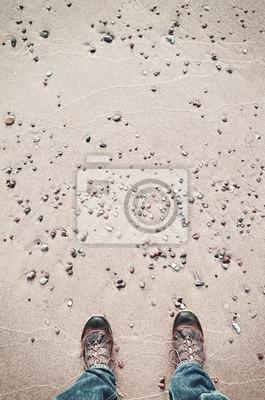 Osoba w buty turystyczne stoi na plaży, widziane z góry, kolor stonowanych obraz.
