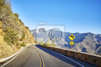 Ostry obrót lewy podpisuje wewnątrz Yosemite parka narodowego przy zmierzchem, Kalifornia, usa.