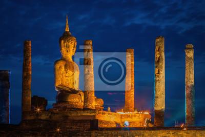 Oświetlony noc Wat Maha Ten Budda i pagoda w czasie zachodu słońca