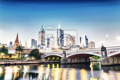 Oszałamiająca noc skyline z odbicia rzecznych Melbourne